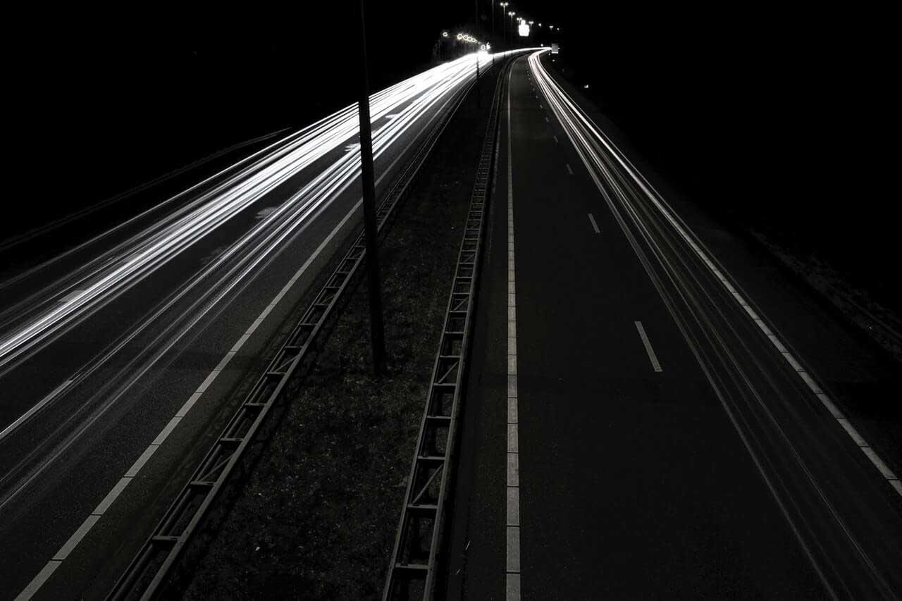 Abbildung einer Autobahn in der Nacht